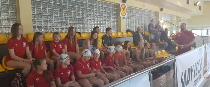 Charytatywne  pływanie  dla Darii w Kietrzu.